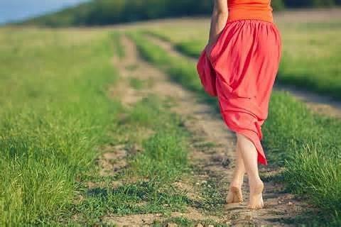 Привычка ходить босиком: чем полезно?