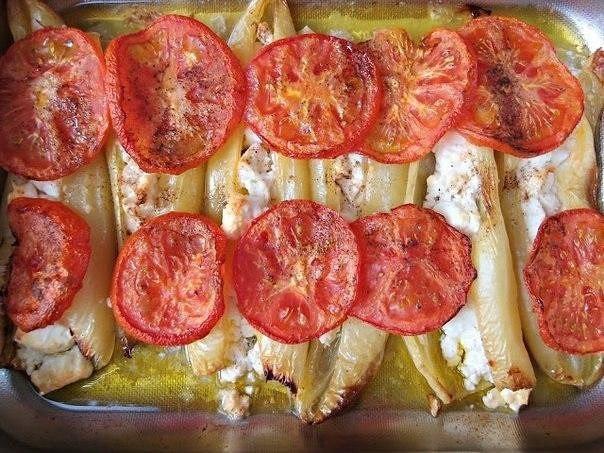 Привычное и беспроигрышное сочетание - перцы, фета и помидоры.