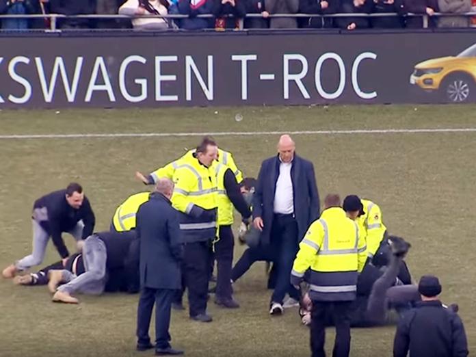 Опубликовано видео избиения фанатами проигравших футболистов. 14435.jpeg