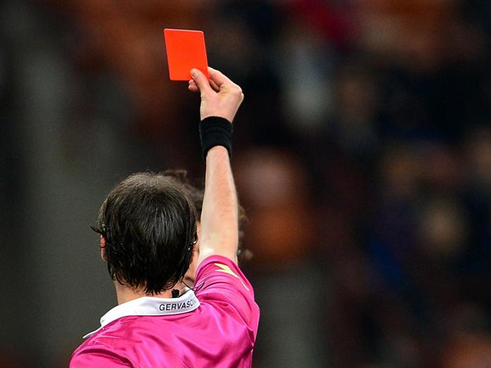 Судья показал футболисту красную карточку за его фамилию. 14450.jpeg