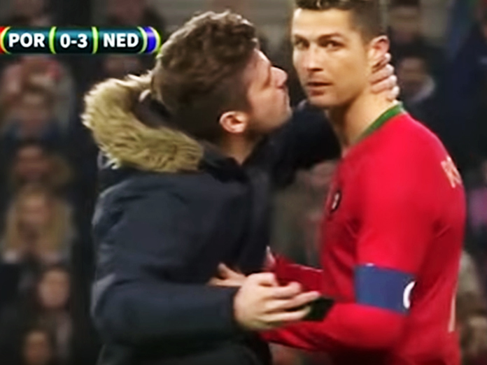 Поцелуй комика: болельщик поцеловал Роналду во время матча. 14587.jpeg