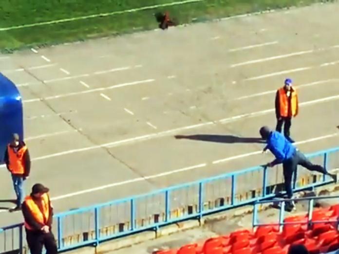 В тренера команды из Владивостока кинули живого петуха. 14728.jpeg