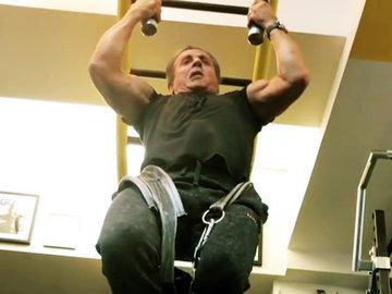Подтянись как Сталлоне: в 71 год с отягощением в 45 кг