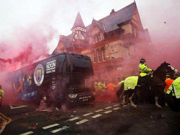 """В Ливерпуле """"Ман Сити"""" встретили дымом, проводили с полной кошелкой"""