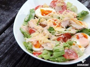 Салат с курицей, яйцом и помидором!