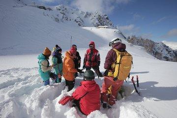 В горах Сочи туристов научат искать попавших под лавину людей